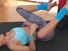 Fitness cocah fucks pussy to flexible blonde